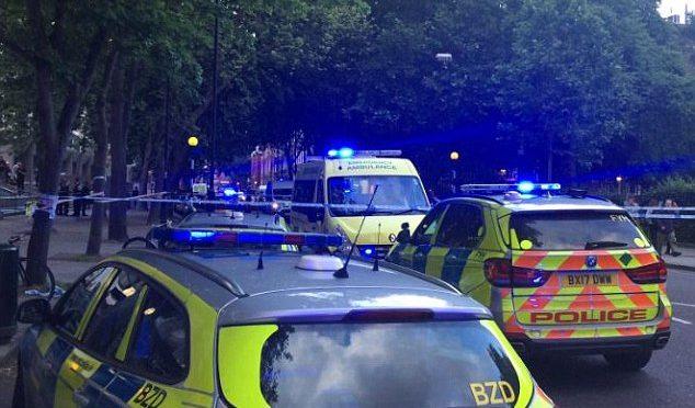 LONDRA: UOMO COL MACHETE ATTACCA PASSANTI