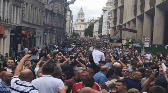 Londra: ultras marciano contro Islam, migliaia invadono strade – VIDEO