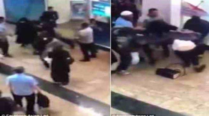 Rissa tra islamiche in burqa per lo shopping – VIDEO