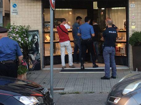 Pisa, gioielliere reagisce a rapina e abbatte un bandito, l'altro in fuga