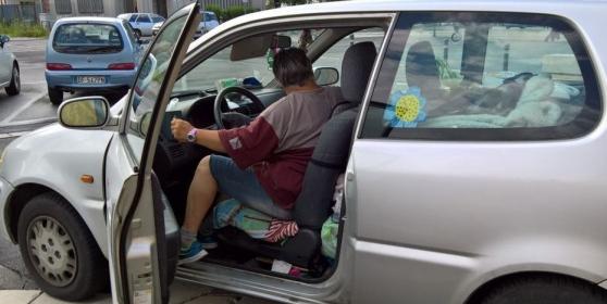 Rina e Pierino, invalidi, sfrattati per fare posto ai profughi: ora vivono in auto