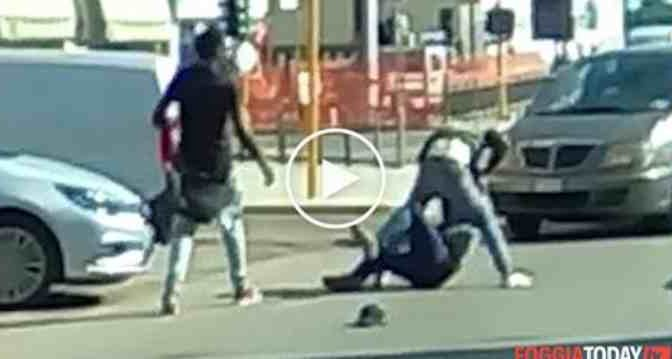 Lavavetri si contendono il semaforo, rissa blocca traffico – VIDEO