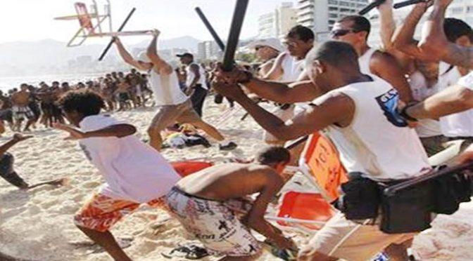 Clandestino fotografa bimbe in spiaggia, scatta linciaggio