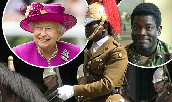Anche la regina Elisabetta è per la grande sostituzione, nomina 'scudiero' africano