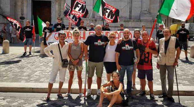 """Rimini, profughi italiani protestano davanti Prefettura: """"Dateci i soldi regalati agli immigrati"""""""
