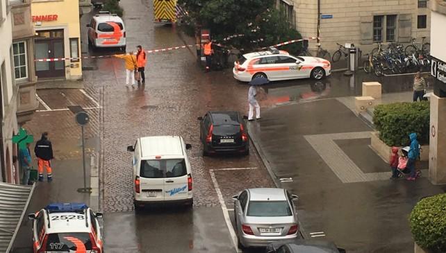 Uomo con la motosega a caccia di passanti: 5 feriti a Sciaffusa
