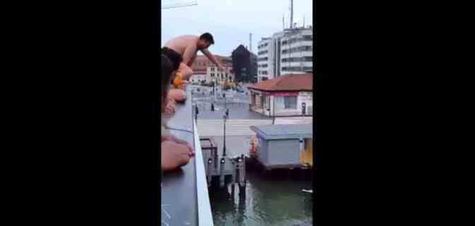 Turisti stranieri umiliano Venezia, tuffi dal Calatrava – VIDEO