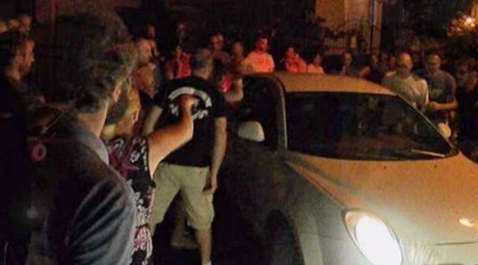 VERONA: AUTO COOP PROFUGHI CONTRO LA FOLLA CHE PROTESTA – VIDEO