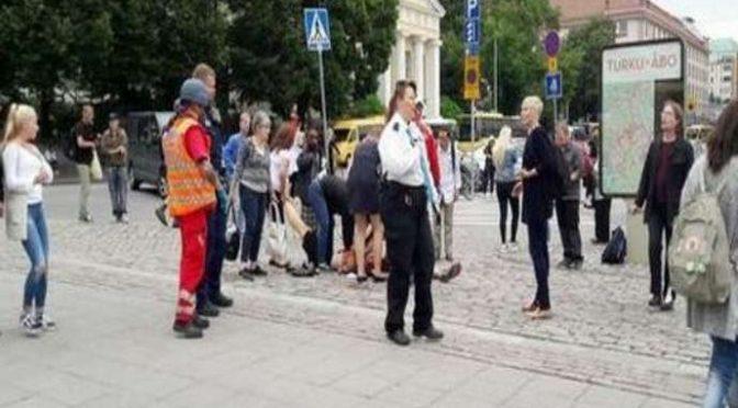 UOMO ACCOLTELLA PASSANTI, GAMBIZZATO DA POLIZIA IN FINLANDIA – VIDEO