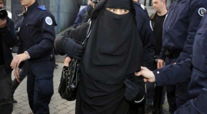 """Donna in burqa portata in questura, multata da agenti: """"Lo devi togliere"""""""