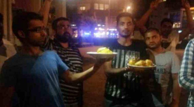 """Profughi pakistani gettano cibo: """"Vogliamo soldi contanti"""""""