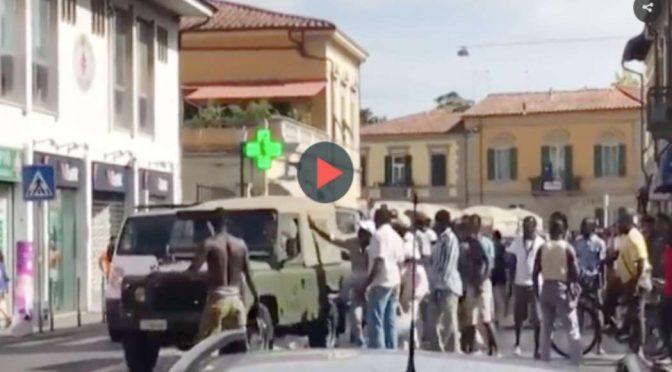 Guerriglia: Immigrati assaltano camionetta militari – Video