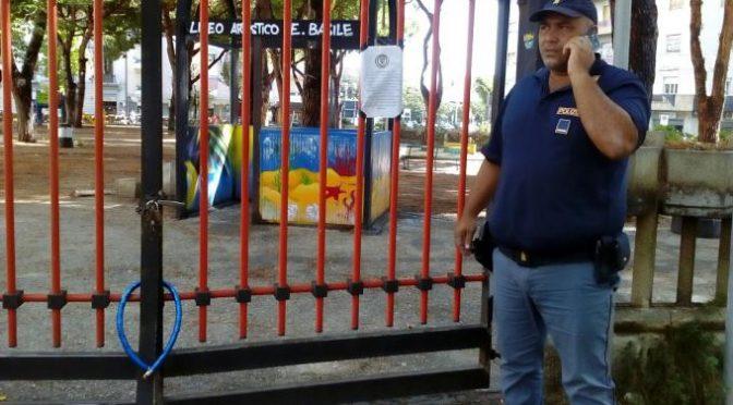 Troppi immigrati nel parco: residenti lo chiudono col lucchetto