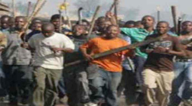 Profughi armati di spranghe attaccano residenti – VIDEO