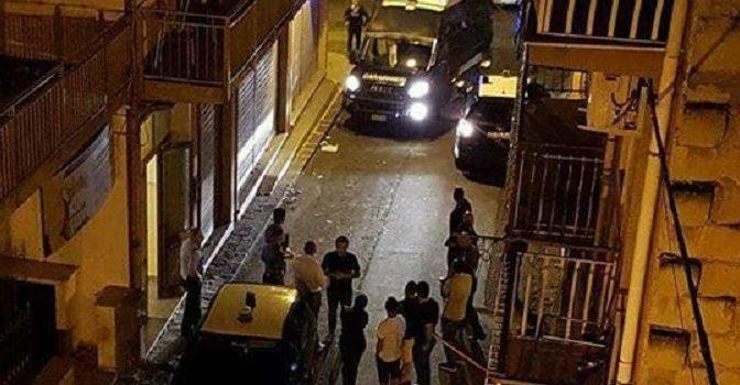Cena arriva in ritardo, Profughi lanciano mobili in strada e devastano centro – VIDEO