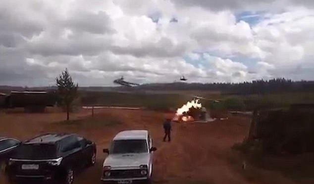 Giochi di guerra troppo realistici, elicottero russo spara su folla – VIDEO