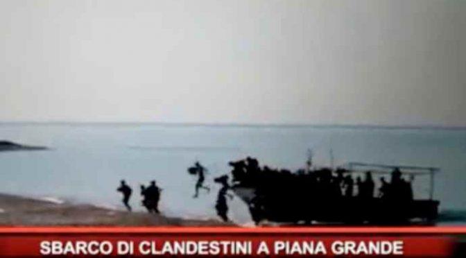 """Sbarcano e cercano un bus per Roma: """"Dobbiamo arrivare presto"""" – VIDEO"""