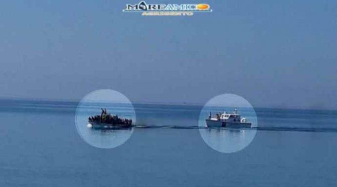 Sbarchi, ora i barconi scortati sulla spiaggia da militari – VIDEO CHOC