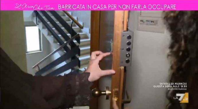 Migranti occupano case private, Italiani barricati – VIDEO