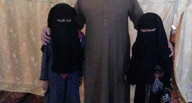 """Regala vestitino rosso a figlia, moglie lo prende a unghiate: """"E' contro Islam"""""""