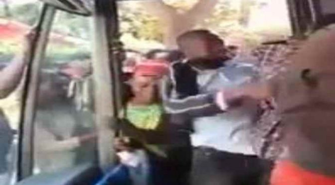 Immigrati senza biglietto assaltano bus, immagini  – Video