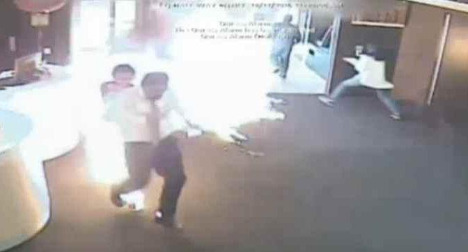 Profugo dà fuoco a bancari, non sopportava fila – VIDEO