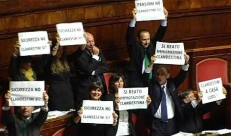 Lega occupa Senato contro abrogazione del reato di clandestinità, il Pd protesta