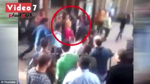 Senza velo in università, folla studenti la circonda e tenta di spogliarla – VIDEO