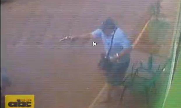 'Vittima' tira fuori la pistola per primo e spara tre colpi: a segno – VIDEO