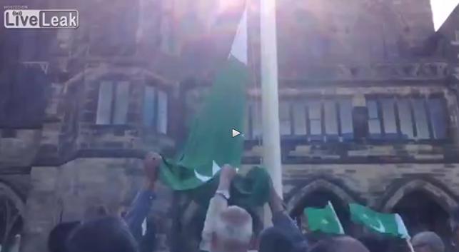 Eurabia: Islamici issano bandiera Pakistan su Municipio inglese – VIDEO