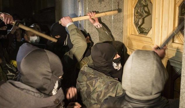 Ucraina: 'Settore Destro' circonda parlamento, scontri
