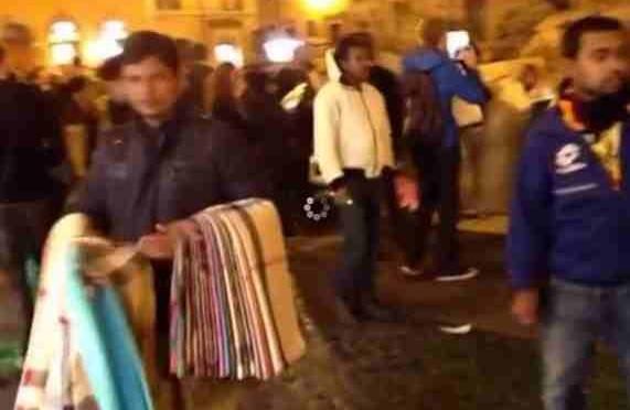 Roma: Fontana di Trevi assediata da immigrati abusivi mentre i Vigili giocano con lo smartphone – VIDEO