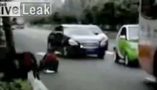 Donna orina in mezzo al traffico, in Cina usa così – VIDEO
