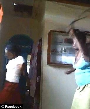 Madre prende a cinghiate la figlia 12enne che posta foto osè su Facebook – VIDEO