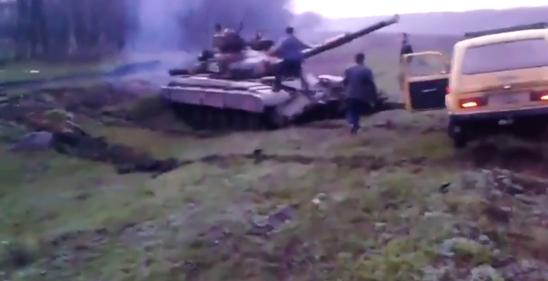 Slovyansk: cittadini respingono carro armato ucraino a mani nude – VIDEO