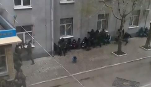 E' guerra in Ucraina Orientale: milizie russe all'assalto in diverse città, una è già caduta – VIDEO / FOTO