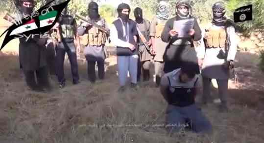 Straziante esecuzione: infedele 'giustiziato' da plotone islamico – VIDEO