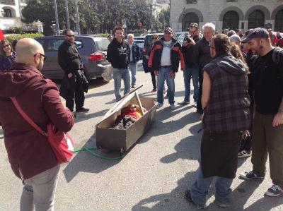 Azienda chiude: lavoratore si chiude in una bara per protesta