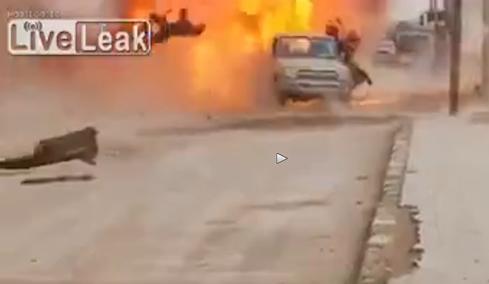 Siria: veicolo terroristi islamici 'vaporizzato' – VIDEO