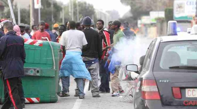 Scontri tra immigrati e polizia: volano mattoni, bottiglie e lacrimogeni