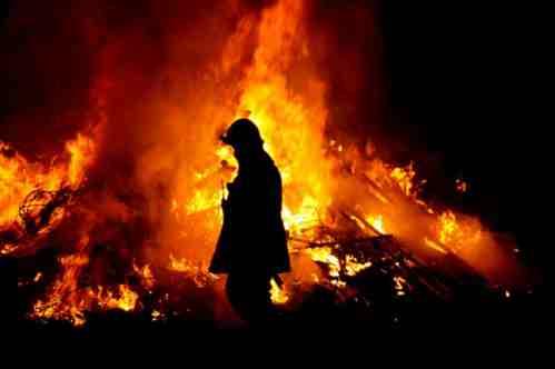 Stoccolma brucia: immigrati assaltano polizia, lanci di molotov – FOTO