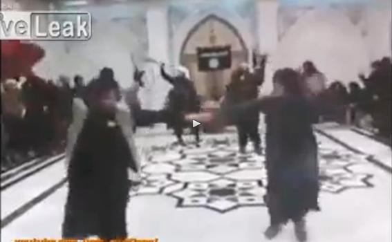 Dopo sgozzamenti, islamici ballano tra loro: donne escluse – VIDEO