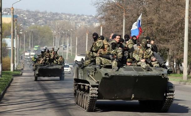 Soldati ucraini si uniscono ai rivoltosi filo-russi: bandiere russe sui carri armati – FOTO