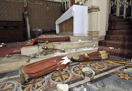 Islamico vandalizza 4 chiese: statue distrutte e crocifissi spezzati – FOTO