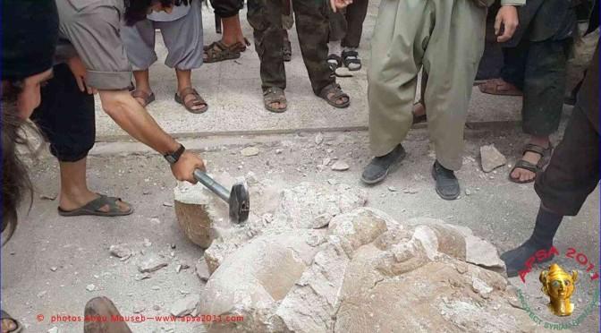 Siria: islamici distruggono antiche statue assire del 2000 A.C. perché anti-islamiche