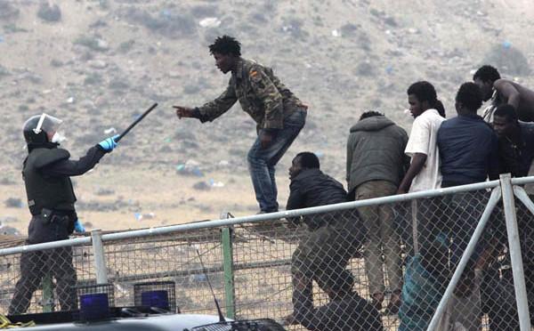 Centinaia di africani prendono d'assalto la frontiera di Melilla, aggressioni ai poliziotti – VIDEO-FOTO