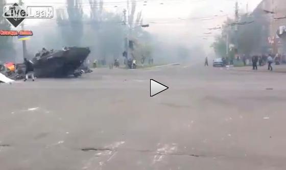 Mariupol: il momento in cui un tank ucraino 'vola' sulle barricate – VIDEO