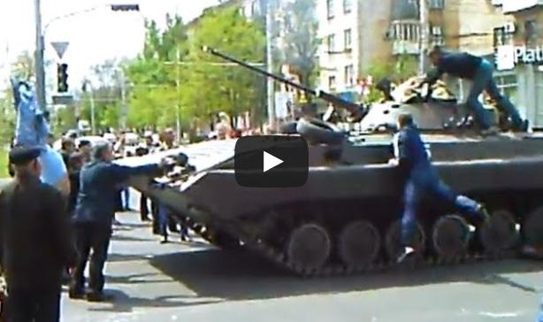 Immagini drammatiche, civili a mani nude contro tank ucraini – VIDEO
