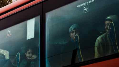 Scuolabus per trasferire profughi infetti, poi tocca a studenti