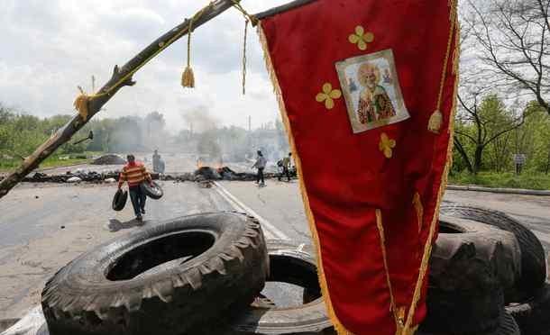 Kramtorsk: esercito ucraino porta morte e distruzione, cittadini ereggono barricate – FOTO